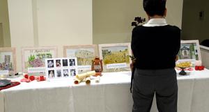 <p>Il bicentenario a Roma è statao allietato dalle esibizioni musicali di un gruppo artistico formatosi per l'occasione delle celebrazioni che ha cantato parole dagli scritti di bahá'í e altre musiche ispirate al tema dell'unità nella diversità. Prima dell'inizio del programma, i partecipanti alla celebrazione hanno avuto modo di visitare una piccola mostra artistica fatta di disegni su pannelli di vetro che narrano la vita di Bahá'u'lláh.</p>