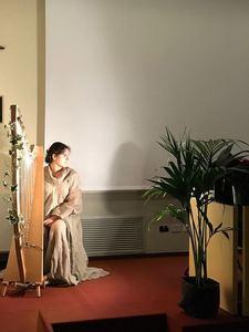 """<p>Per l'occasione delle celebrazioni del bicentenario a Lucca è stato proiettato il film """"Luce al mondo"""". Il film, che narra la storia della vita di Bahá'u'lláh e del frutto dei Suoi insegnamenti in decine di comunità attorno al mondo, è stato realizzato a livello internazionale in occasione del bicentenario.La celebrazione a Lucca è stata arricchita da un programma spirituale incantato dalla musica dell'arpa celtica,con un intervallo gioioso che ha visto i bambini protagonisti. All'evento è intervenuto il Sindaco Tambellini sottolineando come l'unità del genere umano, principio proclamato da Bahá'u'lláh """"sia un ideale che tutti noi dobbiamo cercare di perseguire nella nostra vita di tutti i giorni"""".<br /> </p>"""